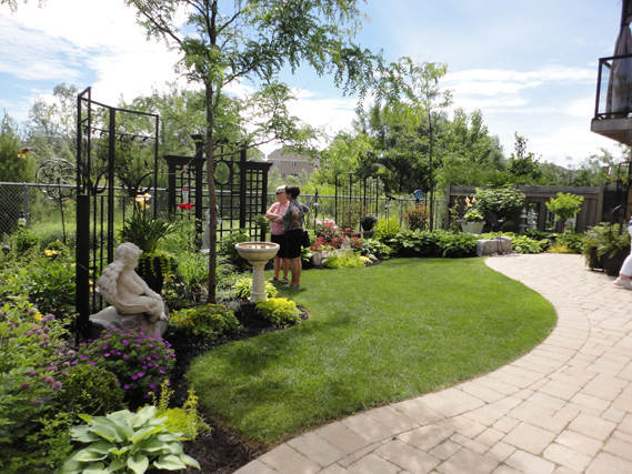 This backyard was loaded with details - well tended plantings, sculptures, ornaments and musicians!