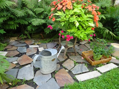 Flagstone zone with planter